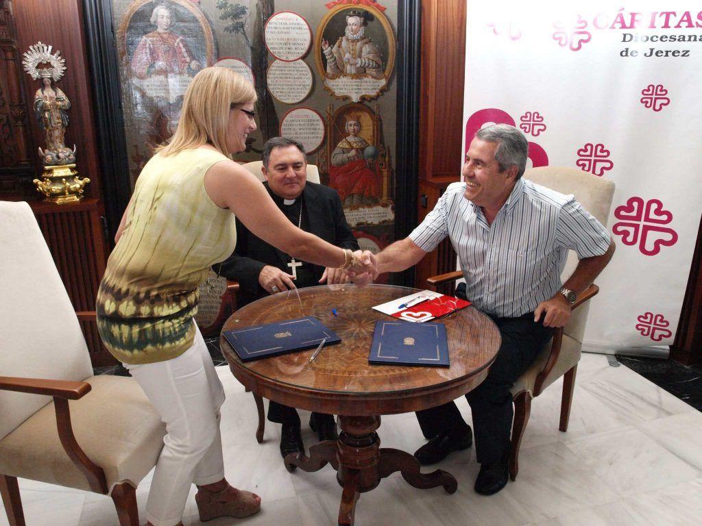 La alcaldesa saluda, en presencia del obispo Mazuelos, al director de Cáritas Diocesana de Asidonia-Jerez, Francisco Domouso, en una imagen de archivo. Foto: Cáritas.