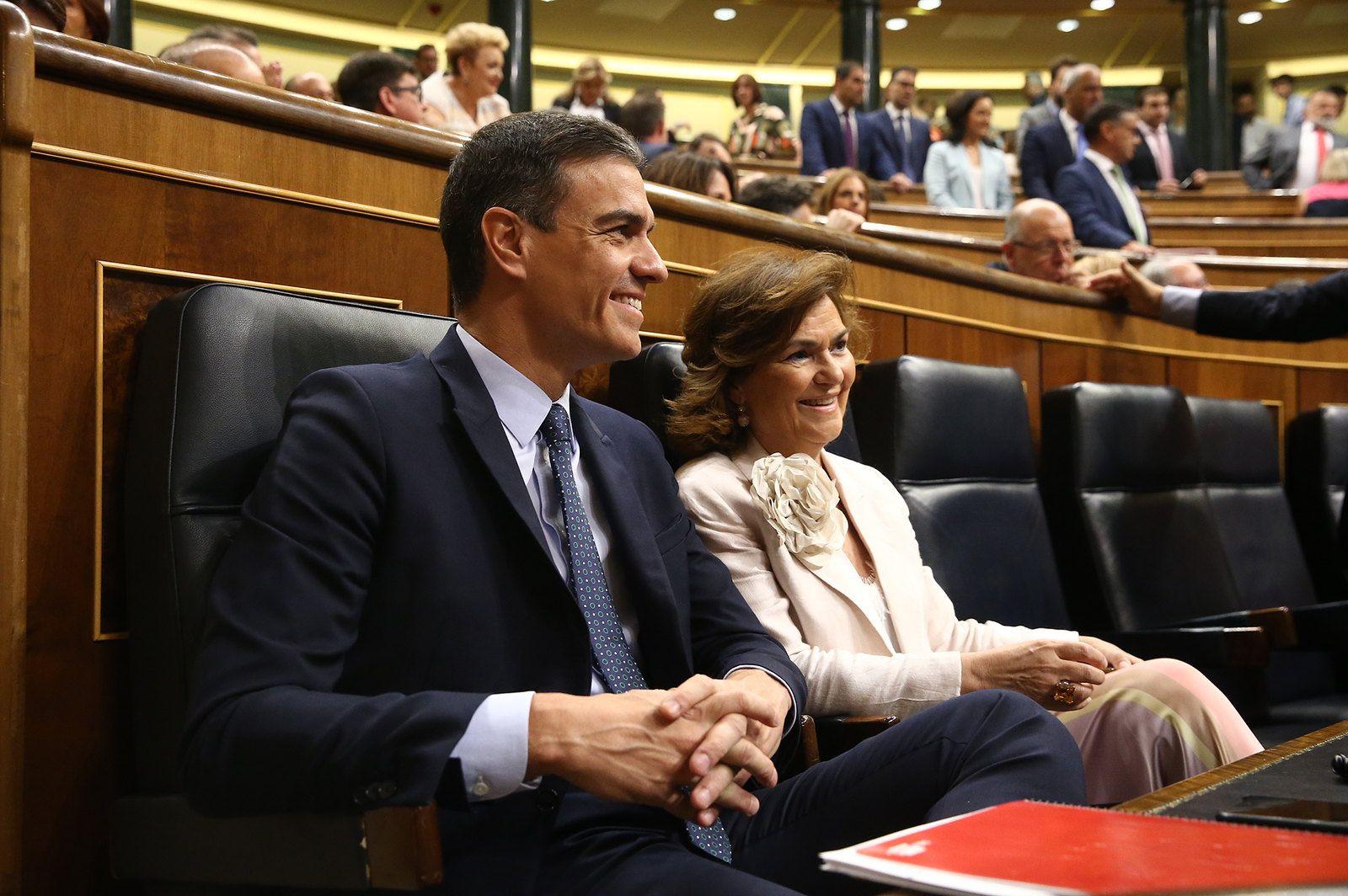 El presidente del Gobierno, Pedro Sánchez, junto a la vicepresidenta del Gobierno Carmen Calvo. FOTO: MONCLOA