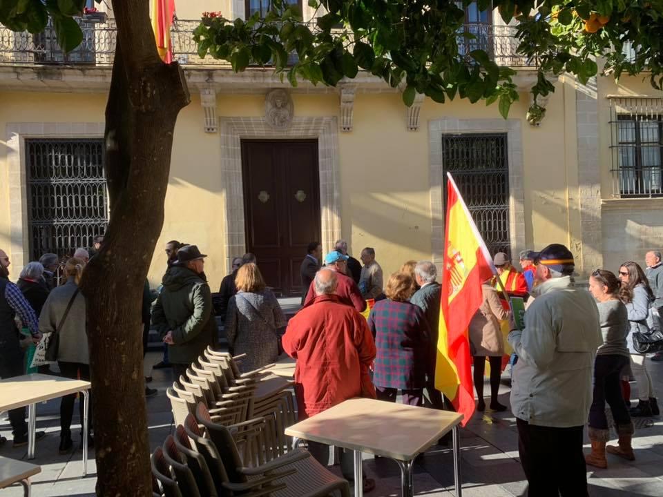 Imagen de la concentración a las puertas del Ayuntamiento, este pasado domingo. FOTO: VOX JEREZ