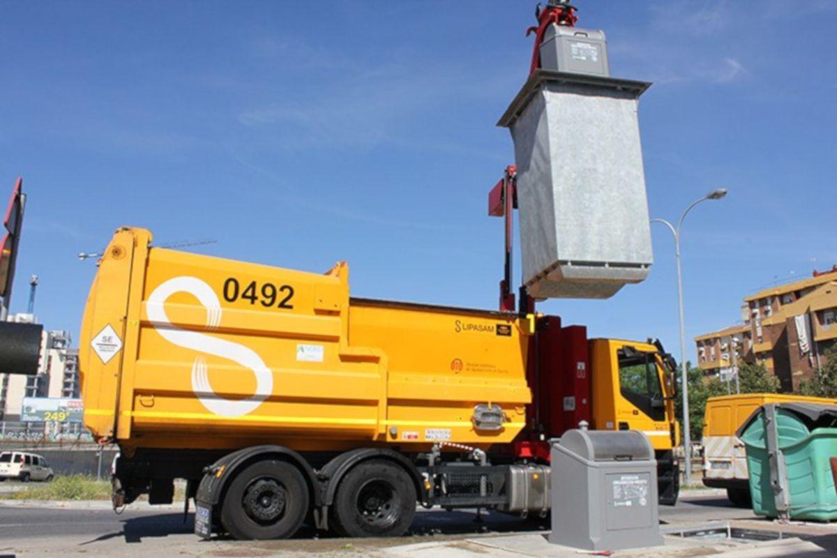 Un camión de Lipasam, durante un servicio.