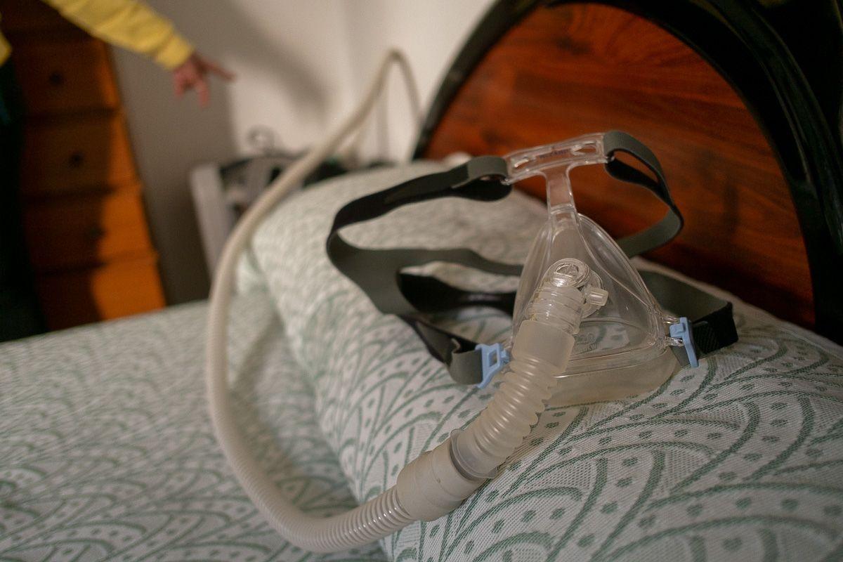 Mascarilla del afectado por no poder hacer uso de los apoyos respiratorios que necesita. FOTO: MANU GARCÍA