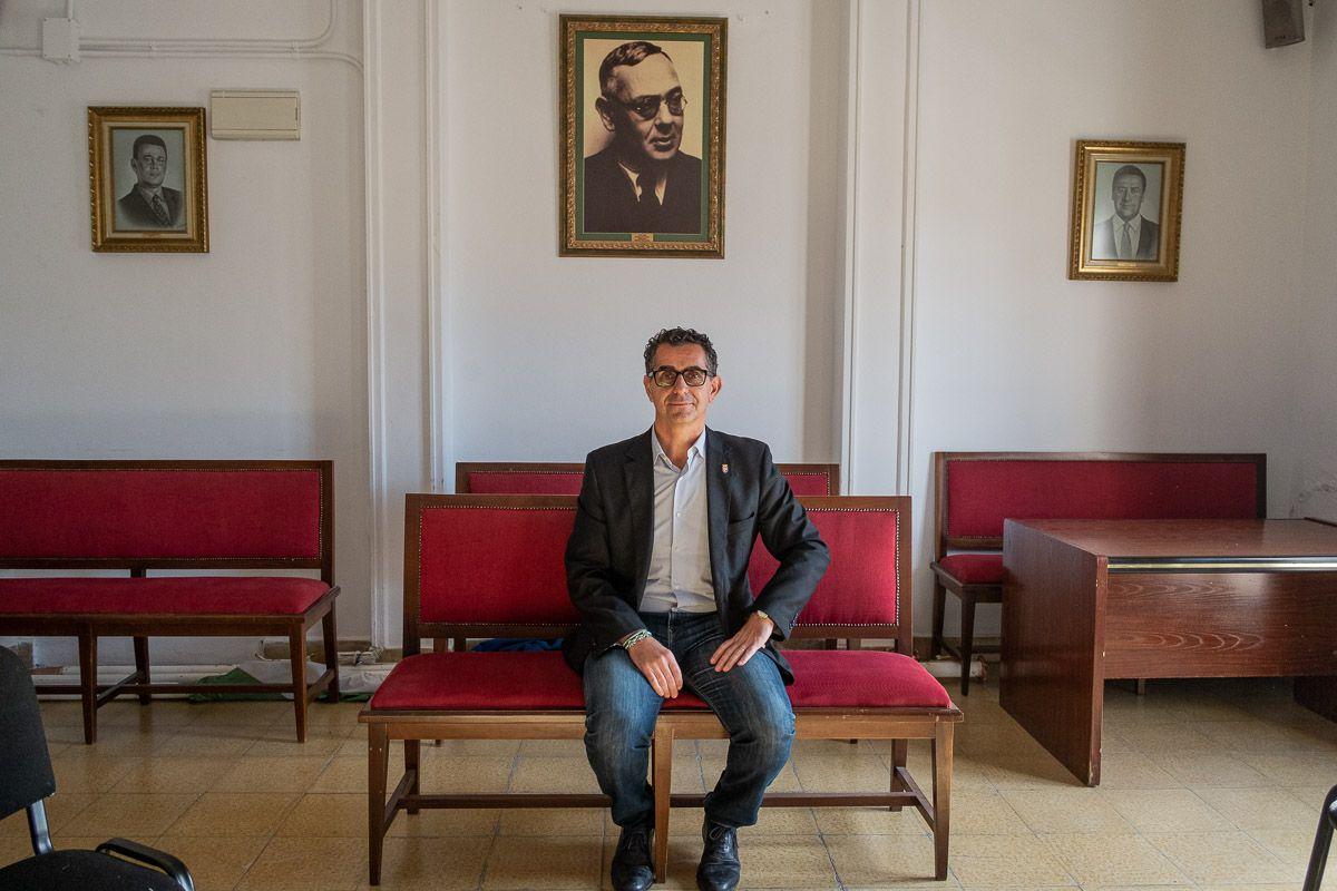 El alcalde de Barbate, Miguel Molina, en el salón de plenos, bajo un retrato de Blas Infante. FOTO: MANU GARCÍA