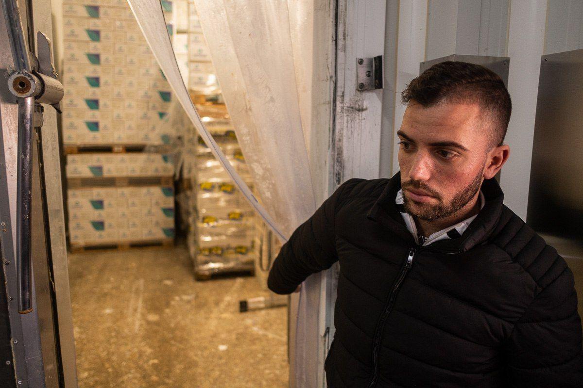 Antonio Caro muestra una de las cámaras frigoríficas de Caromar. FOTO: MANU GARCÍA