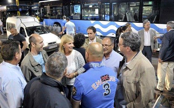 Alcaldesa-con-trabajadores-autobuses-_-03-564x350.jpg