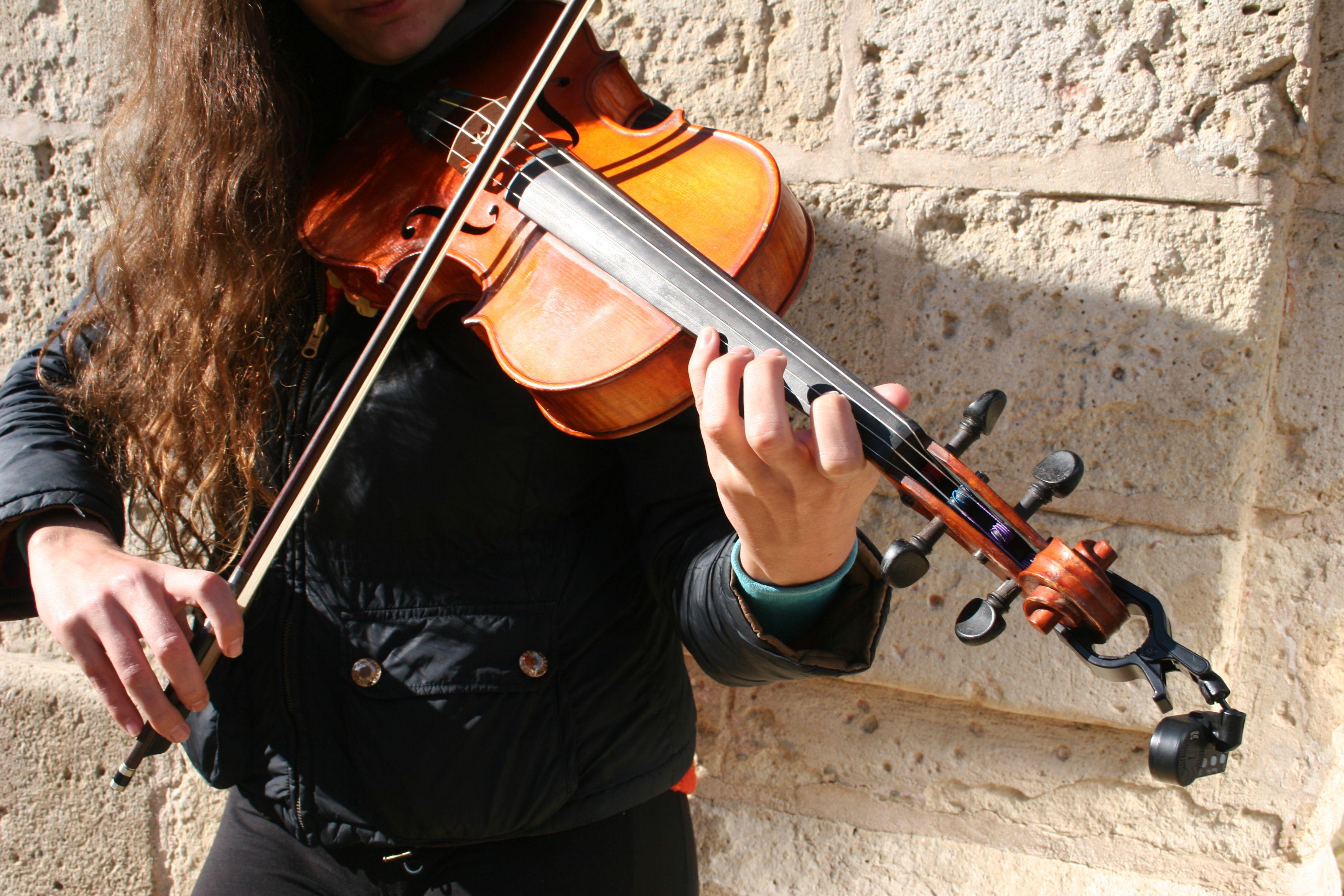 Detalle de la cantante tocando su instrumento, la viola.