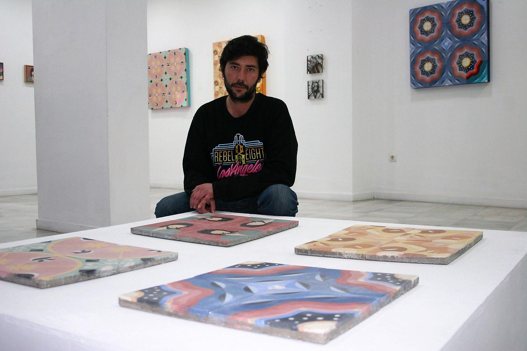 El artista Juan Cruz posa en la galería Diwap
