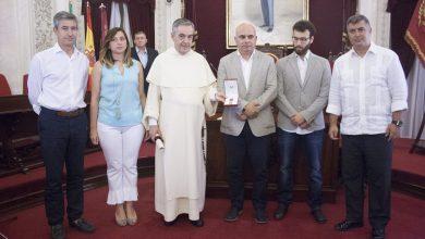 entrega_medalla_de_oro_de_cadiz_a_la_virgen_del_rosario.jpg