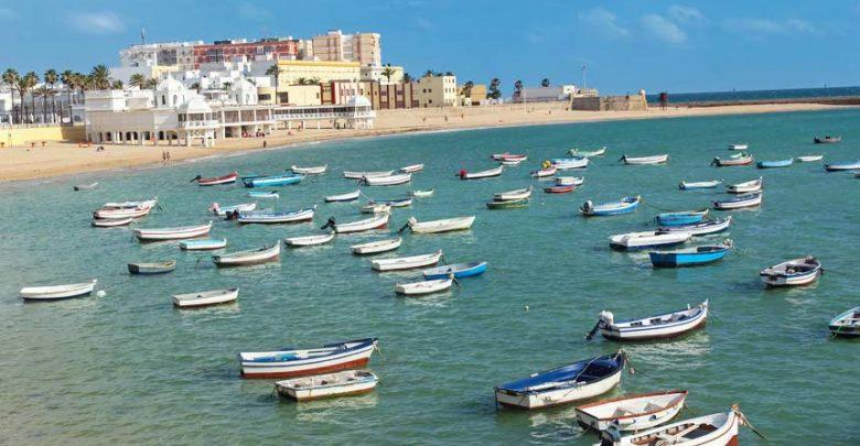 barcos-tradicionales-en-la-playa-de-la-caleta-en-cadiz.jpg