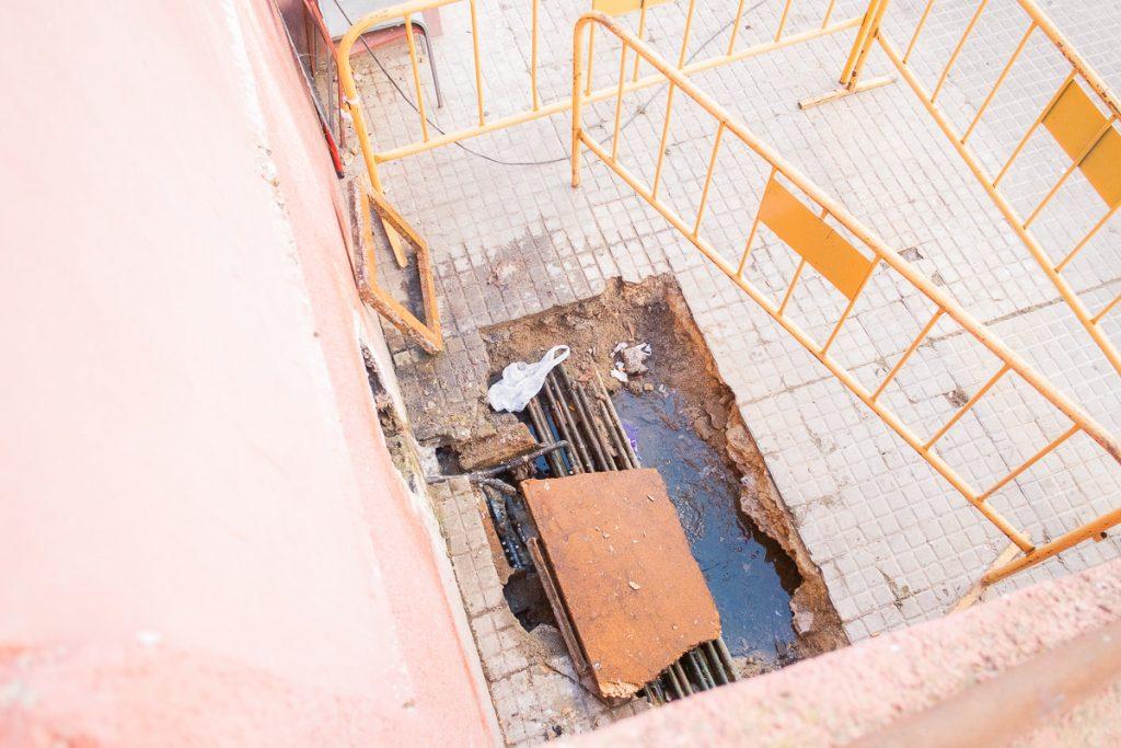 Una fuga de agua, que los vecinos aseguran lleva más de un año sin cortar. FOTO: MANU GARCÍA